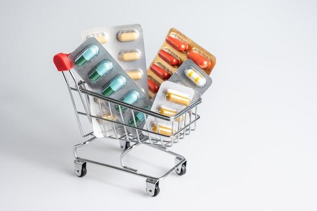 Close-up di pillole in un carrello della spesa