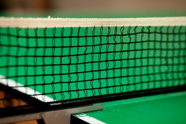 Chiuda sulla rete e sulla linea di ping-pong - tavola verde