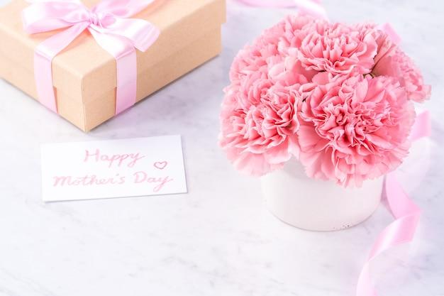 Close up di garofano rosa su marmo bianco sullo sfondo per la festa della mamma fower