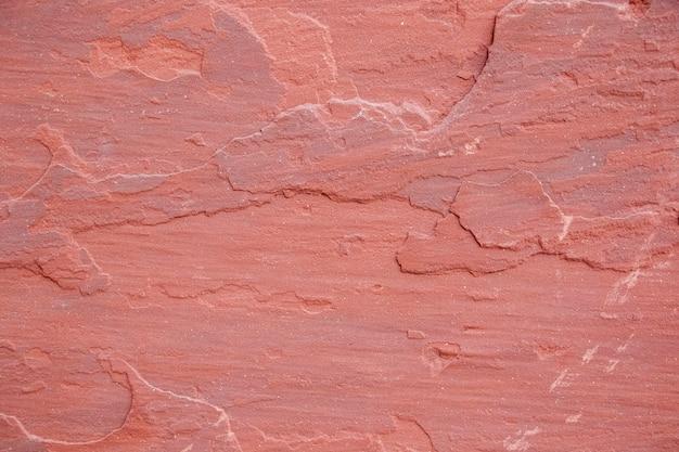 Primo piano di una parete sgangherata rosa