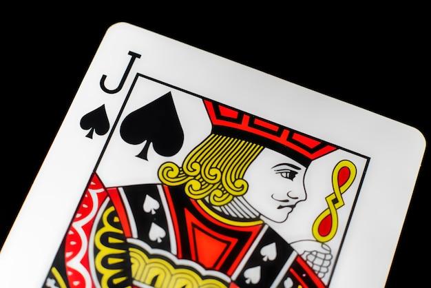 Chiuda sulla carta da gioco isolata onlackurface