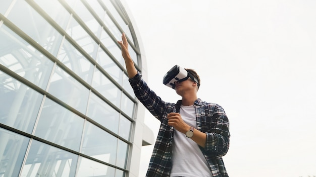 Primo piano ritratto dell'uomo, sperimentando la realtà virtuale
