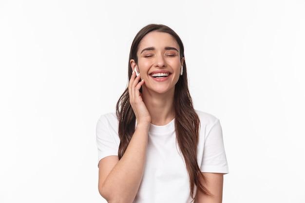 Close-up ritratto di adorabile donna caucasica, sorridente e ridendo con gli occhi chiusi
