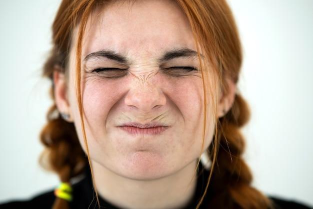 Close up ritratto di ragazza adolescente rossa arrabbiata.