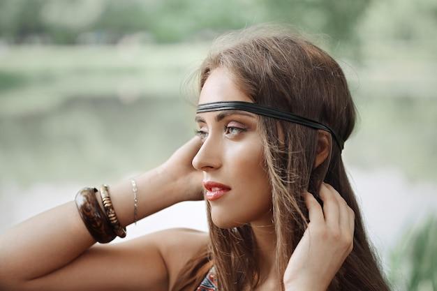Avvicinamento. ritratto di una ragazza hippie attraente