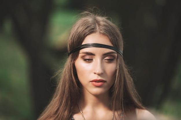 Avvicinamento. ritratto di donna attraente giovane hippie