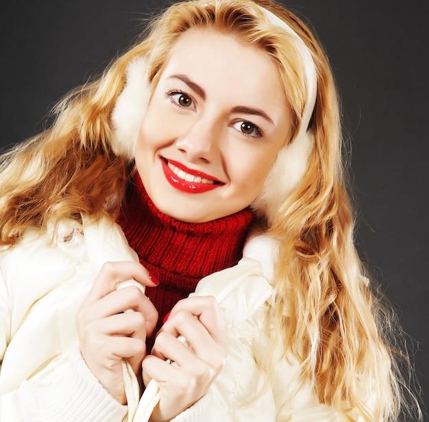 Ritratto del primo piano della bella ragazza di modo che porta i vestiti caldi di inverno