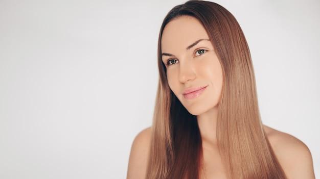 Chiuda sul ritratto di bella donna mezza nuda naturale di bellezza con la pelle bianca perfetta isolata parete e dei capelli. pulizia del trattamento sanitario. concetto spa cura della pelle.