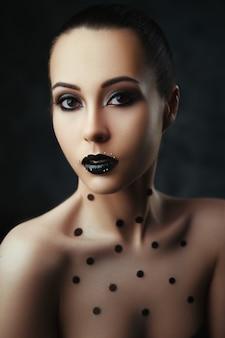Ritratto di close-up di una bellissima modella con il trucco scuro
