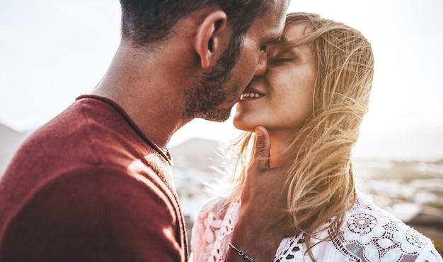 Close up ritratto di una giovane e bella coppia in attesa di baciare al tramonto