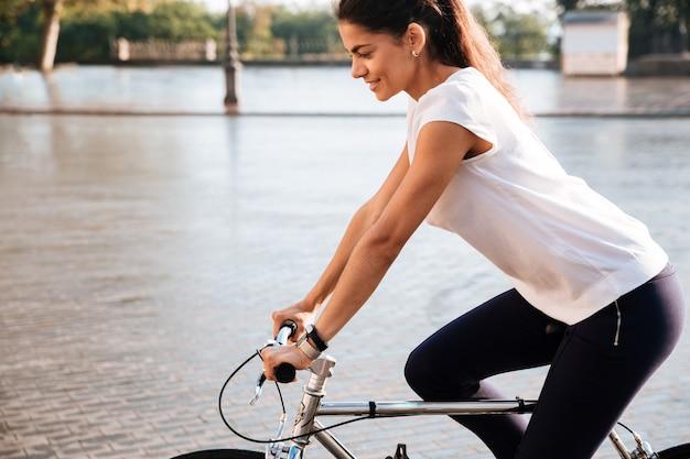 Close up ritratto sul bicucle sulla strada della città
