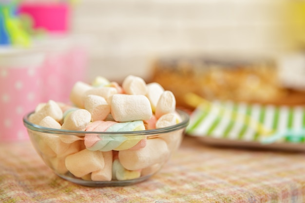 Close up ritratto di una ciotola piena di marshmallow sul set da tavola per il compleanno del bambino