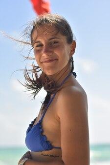 Close up ritratto di ragazza caucasica in bikini con i capelli al vento