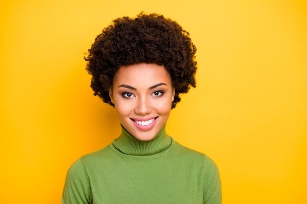 Close up ritratto di allegro positivo carino donna abbastanza bella sorriso a trentadue denti ti guarda.