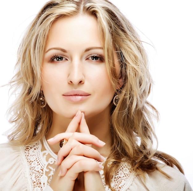 Close-up ritratto di allegra giovane donna adulta