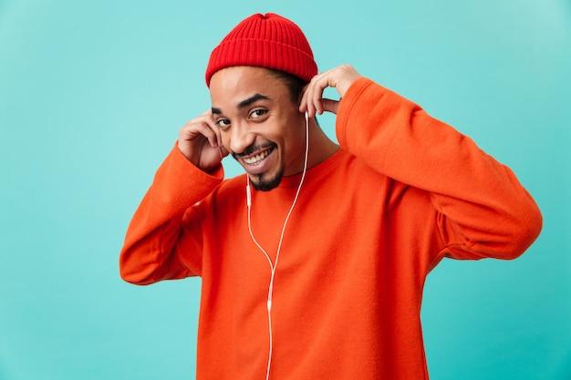 Chiuda sul ritratto di un giovane uomo afroamericano allegro