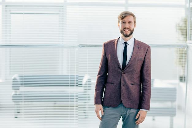 Avvicinamento. ritratto di un uomo d'affari fiducioso su uno sfondo di ufficio.