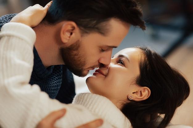 Close up ritratto di coppia vuole baciare.