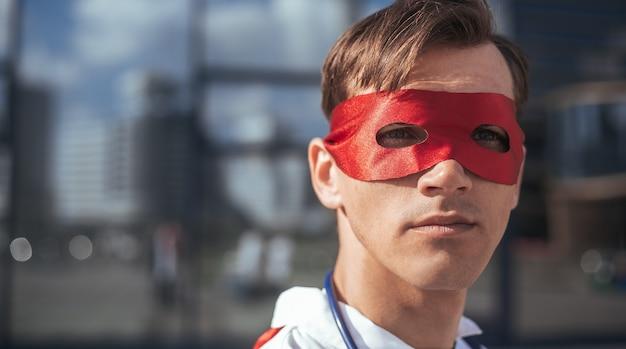 Avvicinamento. ritratto di un medico in una maschera da supereroe