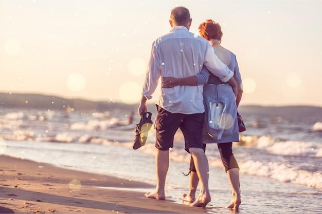 Ritratto del primo piano di una coppia anziana che abbraccia sul litorale