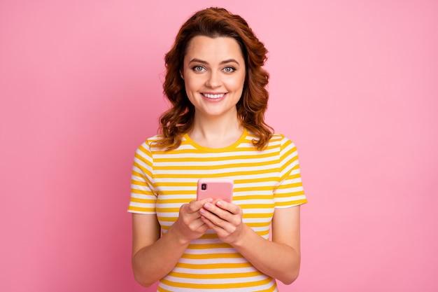 Ritratto ravvicinato di una ragazza che utilizza l'app 5g del dispositivo che naviga in internet online
