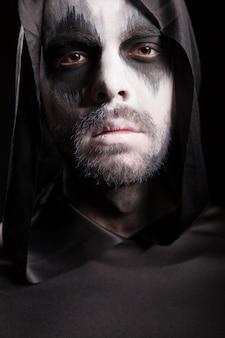 Close up ritratto di grim reaper isolate su sfondo nero. costume di halloween.