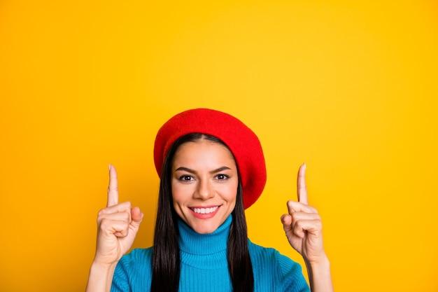 Ritratto del primo piano di lei bella ragazza allegra allegra attraente che punta due dita in alto spazio copia annuncio annuncio soluzione decisione isolato su muro di colore giallo vibrante brillante brillante brillante