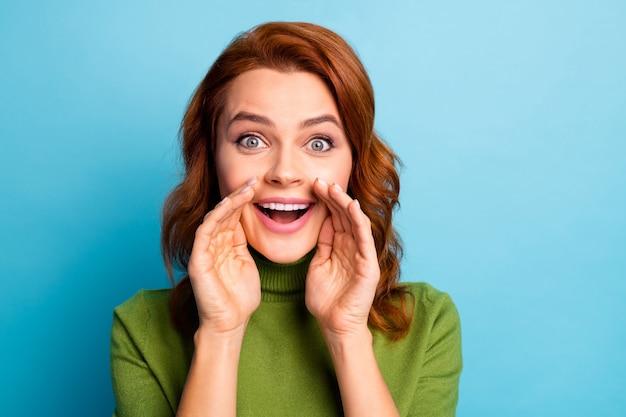 Ritratto del primo piano di lei bella ragazza dai capelli rossi allegra allegra attraente che dice buona promozione di raccomandazione isolata sopra la parete di colore verde acqua turchese brillante vivido brillante brillante verde blu