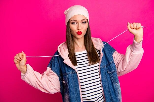Ritratto del primo piano di lei bella attraente bella allegra allegra ragazza funky divertendosi indossando abiti stile strada isolato sopra brillante vivido splendore vibrante rosa fucsia