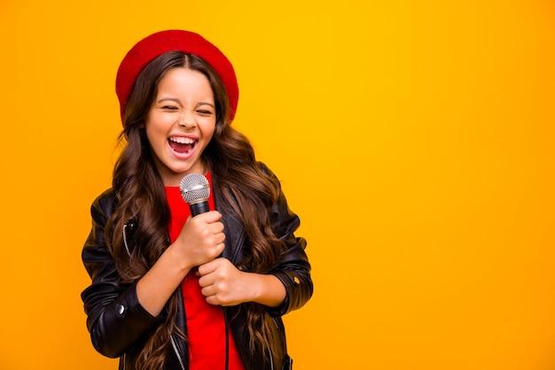 Ritratto del primo piano di lei lei bella attraente affascinante alla moda alla moda allegra ragazza dai capelli ondulati che canta karaoke hit isolato sopra la parete di colore giallo vibrante brillante brillante brillantezza