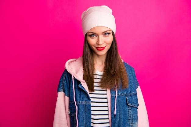 Close-up ritratto di lei bella attraente allegro dolce funky ragazza che indossa lo stile di strada isolato su brillante vivido splendore vibrante colore rosa fucsia