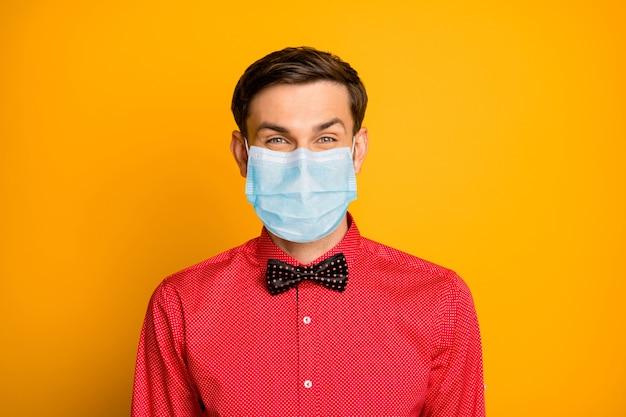 Ritratto ravvicinato del suo ragazzo attraente che indossa una maschera di garza di sicurezza pericolo biologico polmoni umani sindrome virale influenza igiene isolato sfondo di colore giallo vivido brillante