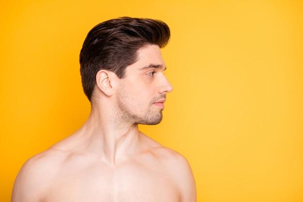 Ritratto del primo piano del suo ragazzo nudo nudo puro bello attraente bello ben curato che guarda da parte l'idratazione quotidiana della cura del viso isolata sopra la parete di colore giallo vibrante brillante brillante brillante