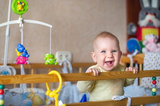 Ritratto del primo piano di un bambino solitario che sorride a letto. il concetto di bambino.