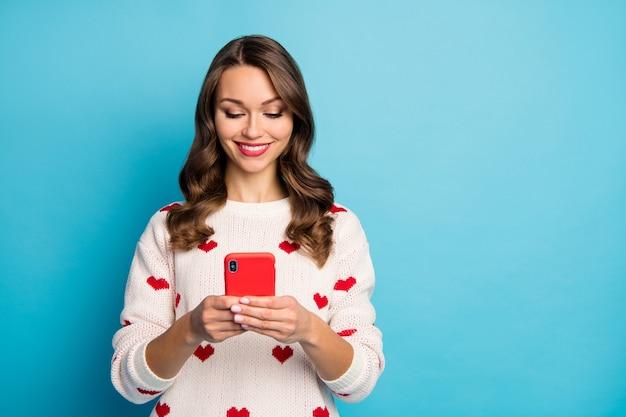 Close-up ritratto bella ragazza allegra abbastanza carina utilizzando il dispositivo trascorrere le vacanze tempo libero in chat invio sms