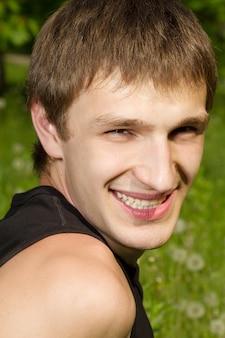 Primo piano sul ritratto di uomo sorridente all'aperto