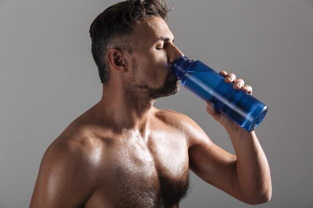Chiuda sul ritratto di uno sportivo senza camicia maturo muscolare