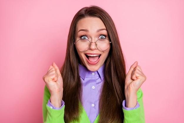 Ritratto ravvicinato di una bella e allegra ragazza dai capelli castani allegra e attraente, una grande reazione alle notizie isolate su uno sfondo di colore rosa pastello