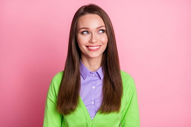 Ritratto ravvicinato di una bella ragazza allegra e piuttosto creativa che prende decisioni pensando isolata su uno sfondo di colore rosa pastello
