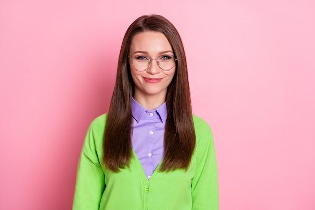 Ritratto ravvicinato di una bella ragazza timida e allegra docente nerd che indossa specifiche isolate su sfondo rosa color pastello