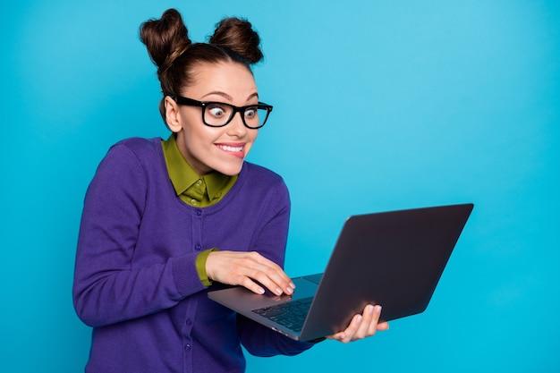 Close-up ritratto di bella attraente intelligente intelligente fumetto infantile allegra foxy ragazza che tiene in mano il computer portatile iscritto e-mail isolato brillante vivido brillare vibrante blu verde acqua turchese colore di sfondo