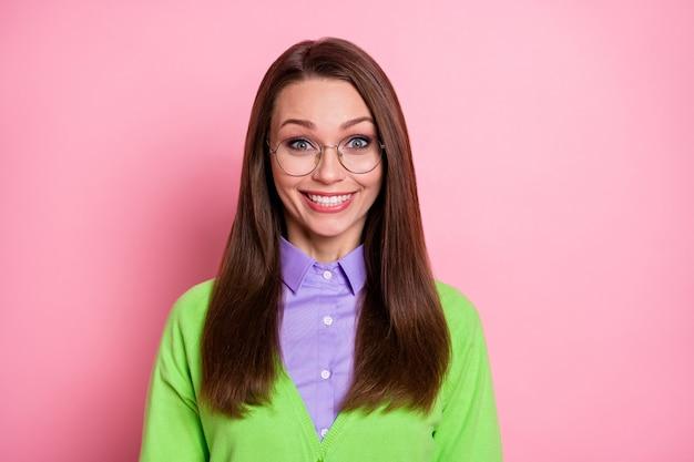 Ritratto ravvicinato di una ragazza dai capelli castani allegra e simpatica e divertente, isolata su uno sfondo di colore rosa pastello