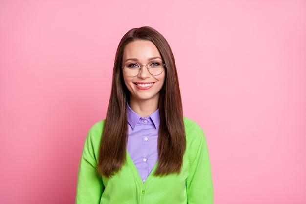 Ritratto ravvicinato di una bella ragazza allegra abbastanza intelligente oach docente isolato su sfondo rosa pastello