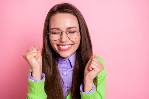 Close-up ritratto di bella piuttosto allegra felicissima ragazza estatica geek che celebra le buone notizie isolate su sfondo rosa color pastello