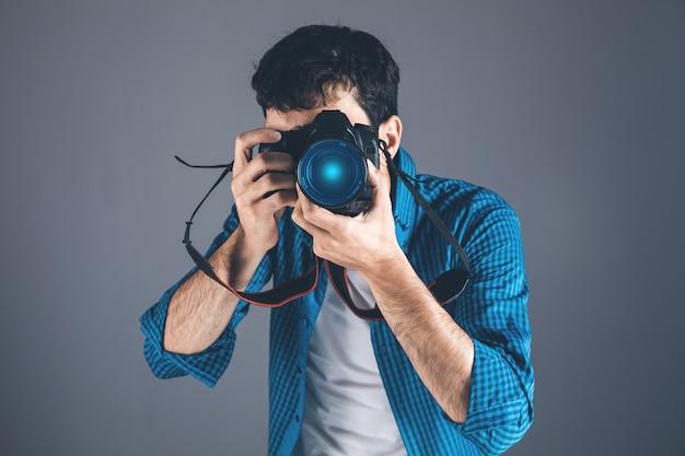 Close up ritratto del fotografo di scattare foto con la fotocamera digitale
