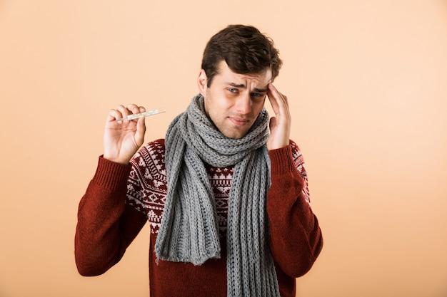 Chiuda sul ritratto di un giovane malato triste vestito in maglione