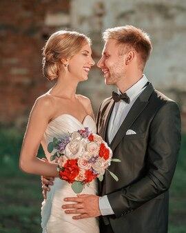 Primo piano ritratto di una bella coppia sorridente di sposi. sposa e sposo