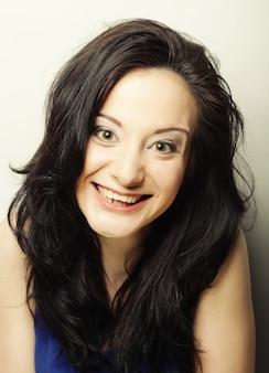 Close up ritratto sorridente bruna, girato in studio