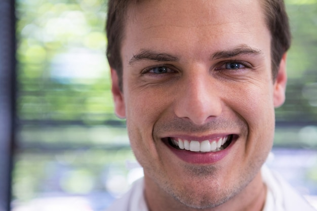 Chiuda sul ritratto del medico sorridente