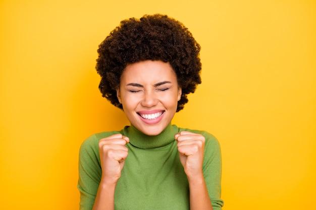 Primo piano ritratto di elegante allegro carino piuttosto dolce giovanotto sorridente a trentadue denti gioia nelle vendite iniziate.